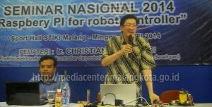 Ir_-Christianto-Tjahyadi-saat-presentasi-tentang-robot_0805MC